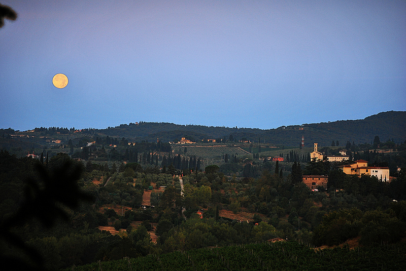 Pozzolatico, Toscana: luna all'alba d'estate.
